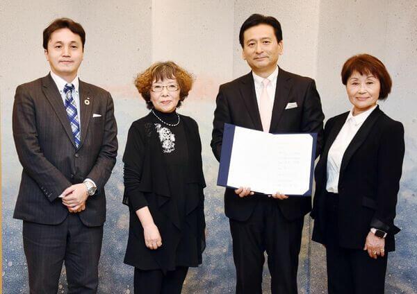 左から、山田健一郎理事長(佐賀未来創造基金)、鷲尾公子代表理事、山口祥義佐賀県知事、村居多美子代表理事